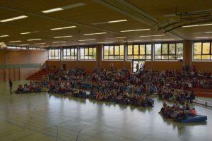 Schülerinnen - und Schülervollversammlung in der Turnhalle